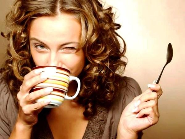 tomando cafe