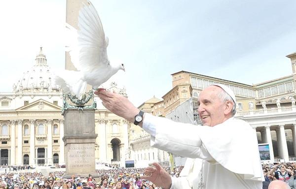al-papa-francisco-deberian-canonizarlo-ya-elton-john-02