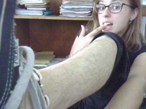 insolito-mujeres-armas-un-club-de-las-piernas-peludas-02