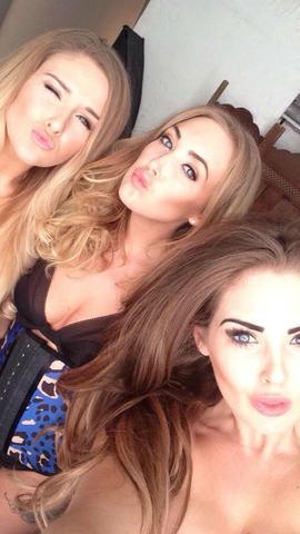 hermanas brooks tomandose una selfie