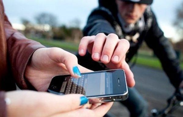 Actriz denuncia a policía por querer robarle el celular