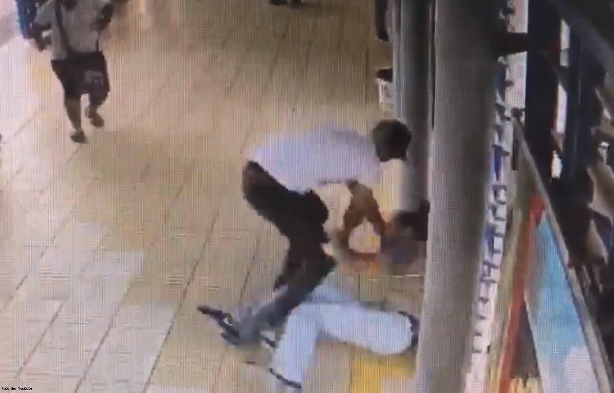Guía de Transmetro es golpeado por un vendedor ambulante