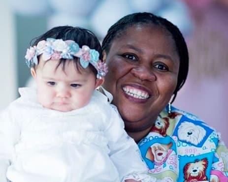 Hija de Carolina Soto con su niñera