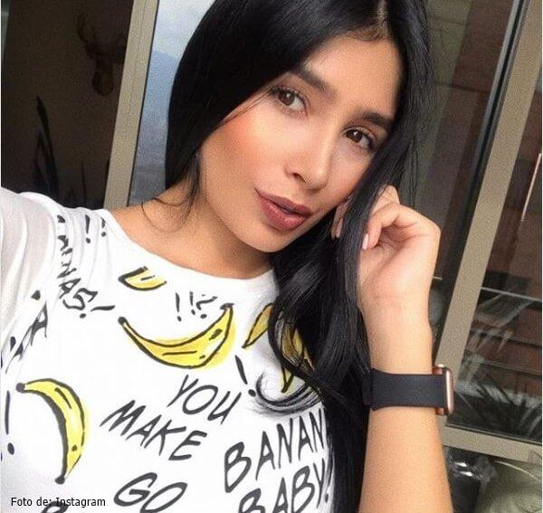 Hermana de Paola Jara con camiseta blanca