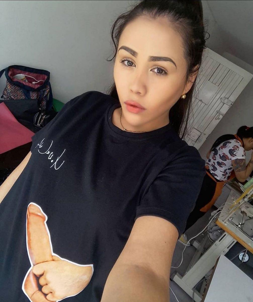 Yina Calderón exhibió su camiseta con un estampado de un miembro masculino