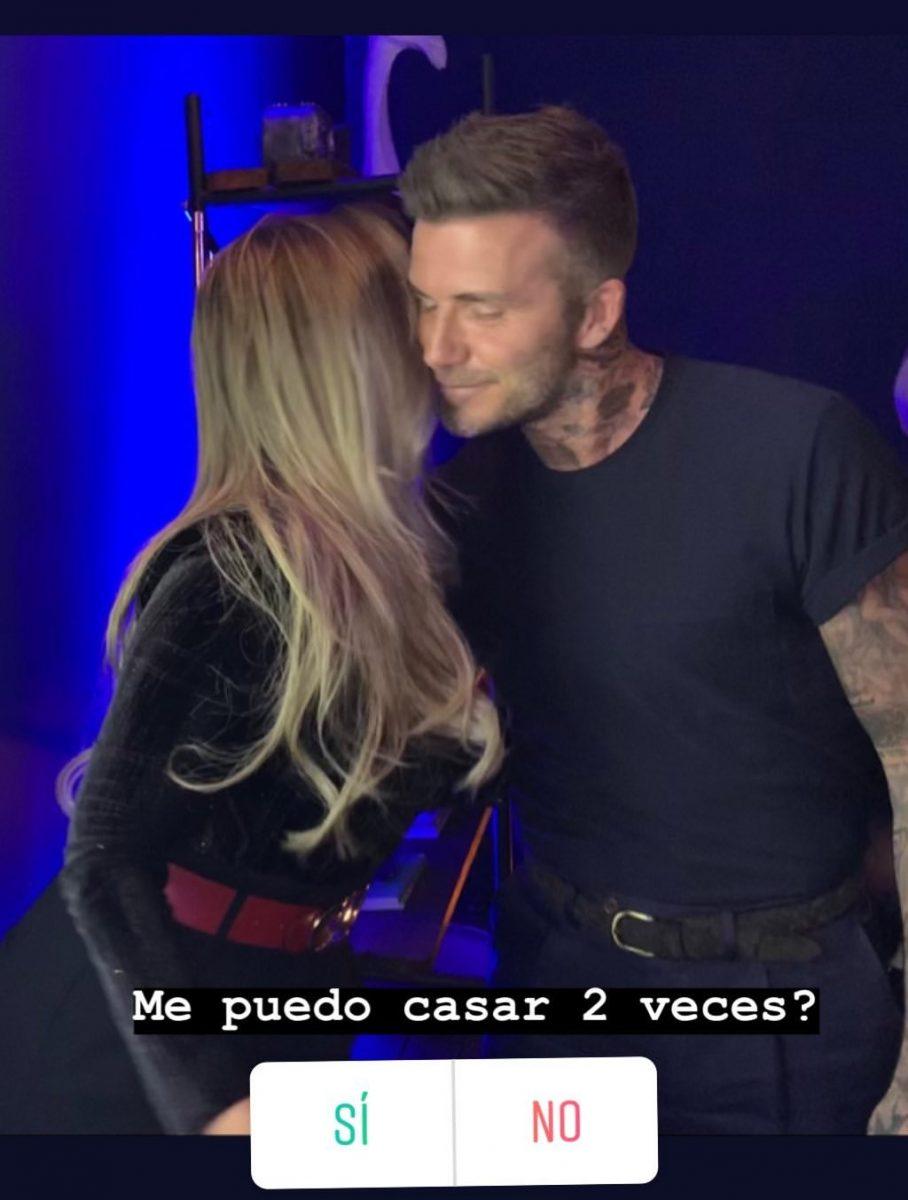 Melissa Martínez besando en la mejilla a David Beckham