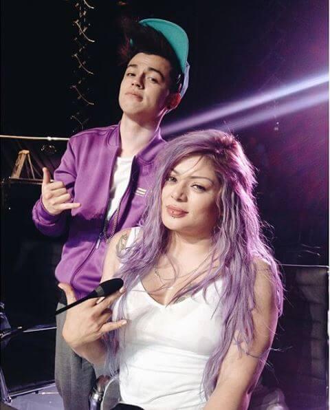 Marbelle con el cabello lila