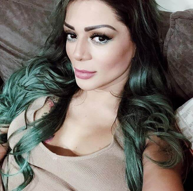 Marbelle con el cabello negro y puntas verdes