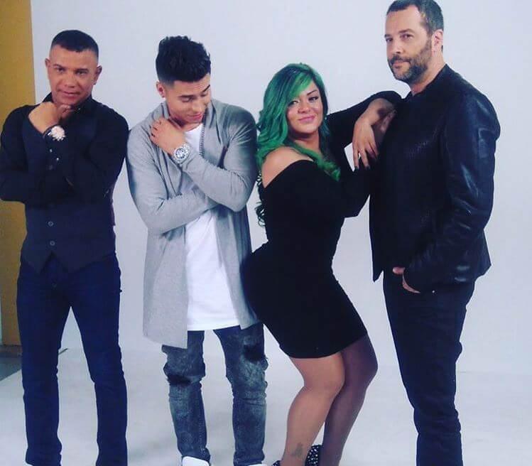 Marbelle junto con los jurados del Factor XF y el cabello verde