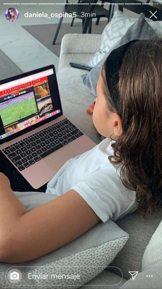 Foto de Salomé viendo contenido para adultos