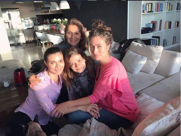 Las hermanas Orozco con su mamá