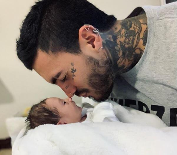 Mateo Carvajal con su hijo