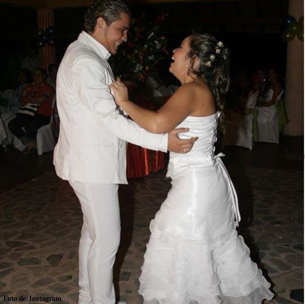 Jessi Uribe y Sandra Barrios bailando en el día de su matrimonio