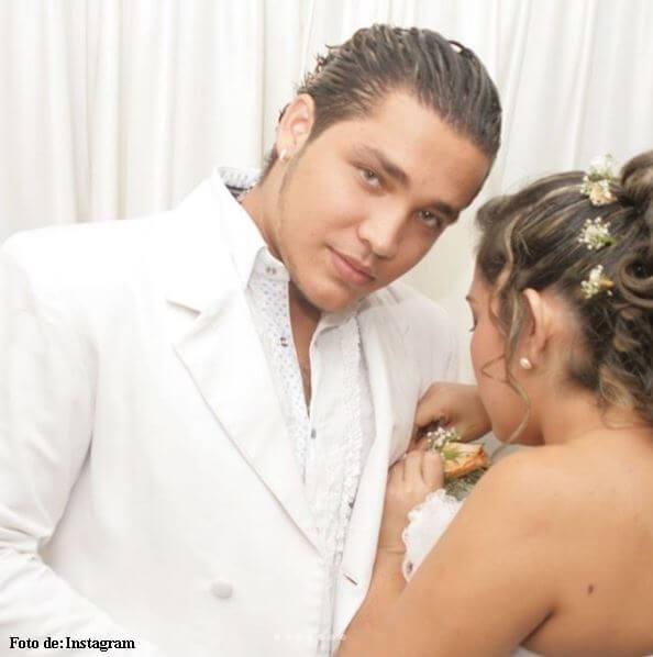 Sandra Barrios poniéndole la flor a Jessi Uribe