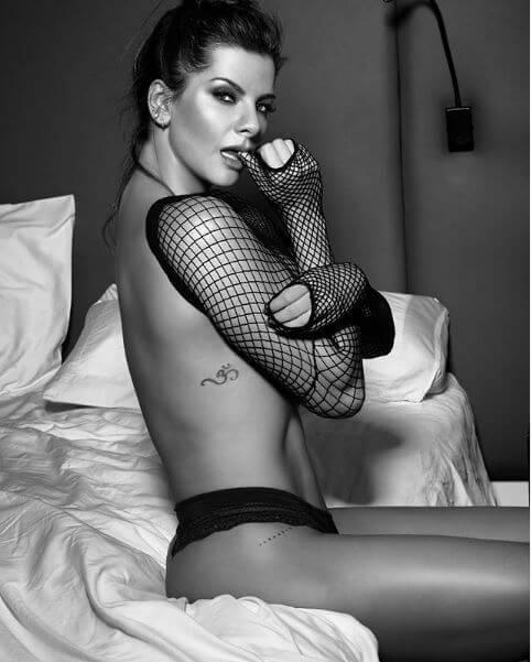 Foto de Carolina Cruz en blanco y negro sin brasier