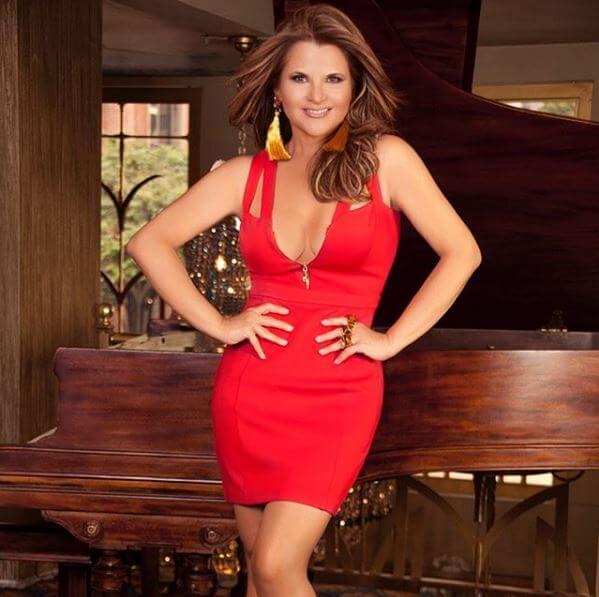 Diva Jessurum con un vestido rojo