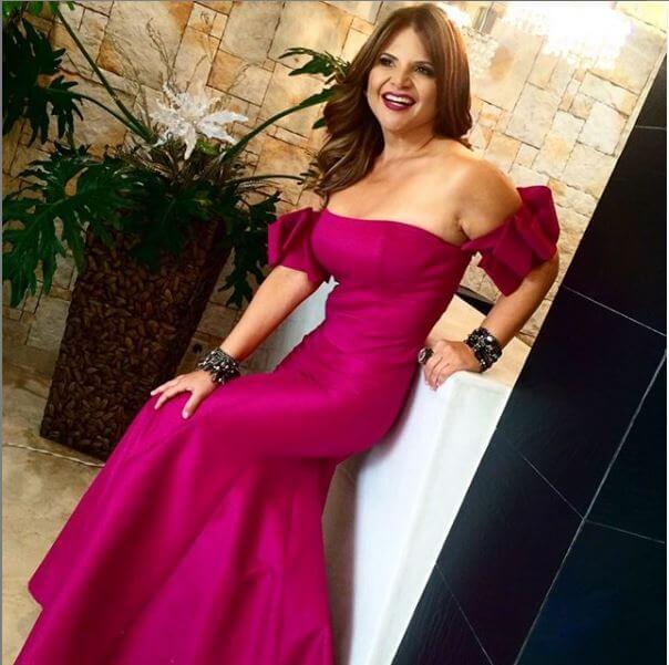 Diva Jessurun con vestido morado