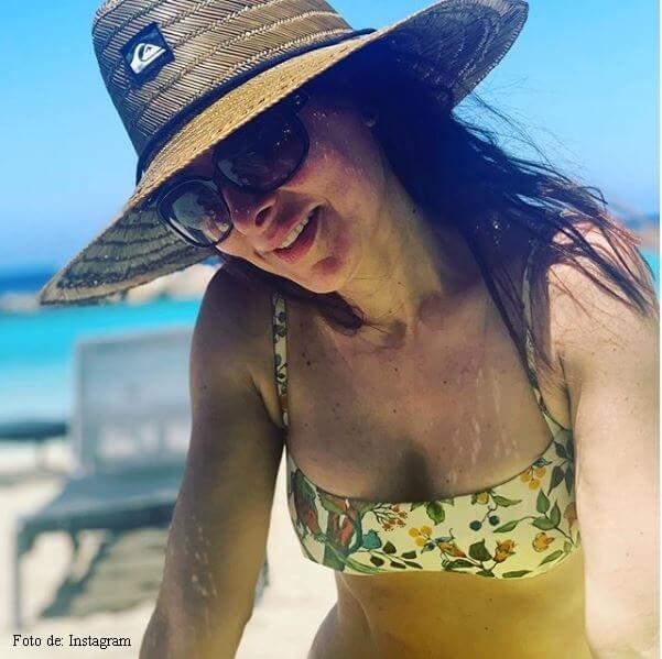 Foto de Flavia en la playa y con sombrero
