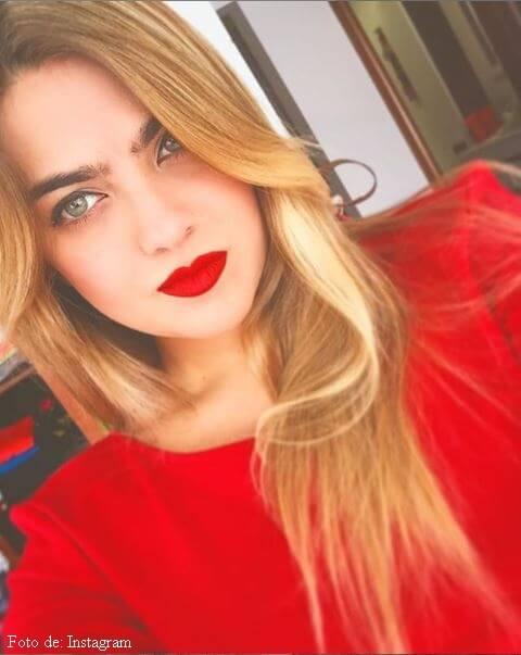 Laura Bueno con saco rojo