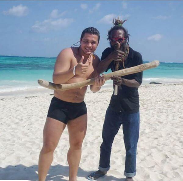 Foto de Jessi Uribe en la playa