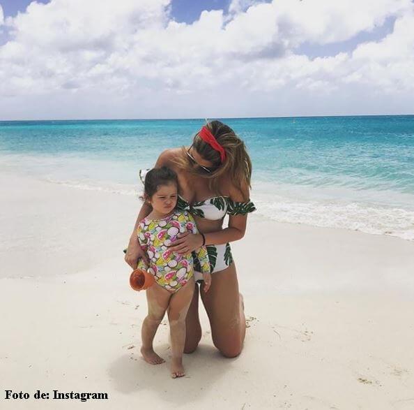 Andrea en la playa con su hija