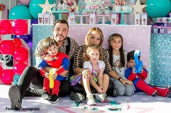 Foto de Jessi Uribe y Sandra Barrois con sus hijos