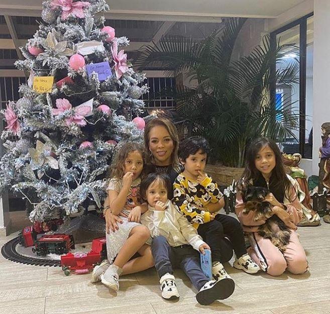 Sandra Barrios con sus hijos