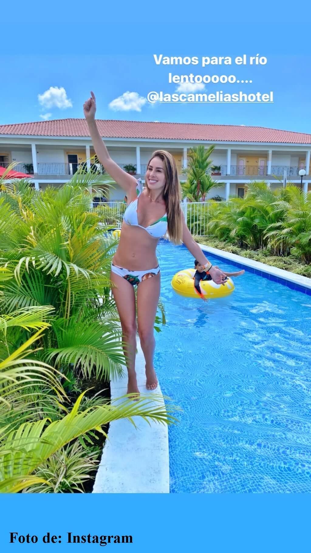 Carolina Soto con bikini azul
