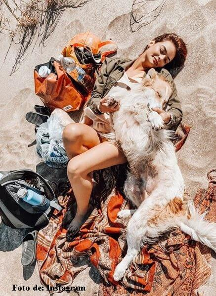 Majo Vargas en la playa con un perro
