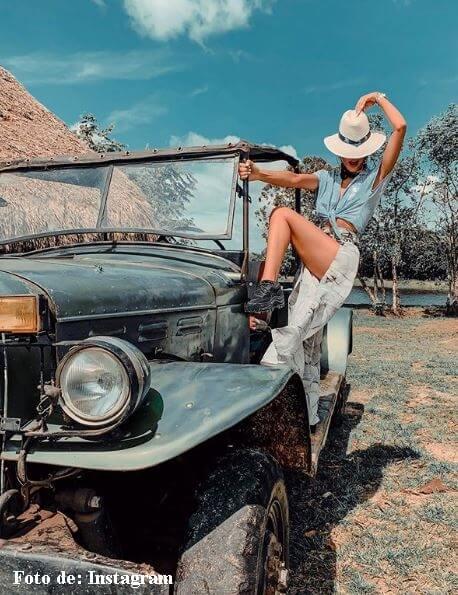 Majo Vargas al lado de un carro
