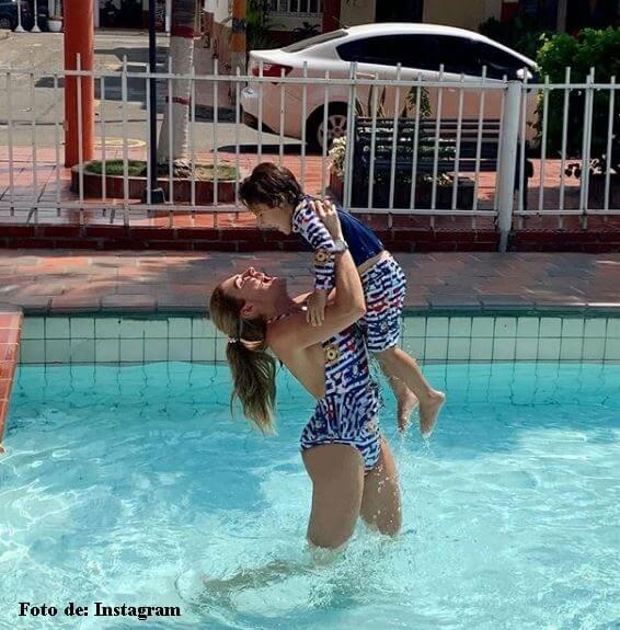 Ana Karina Soto y su hijo en la piscina