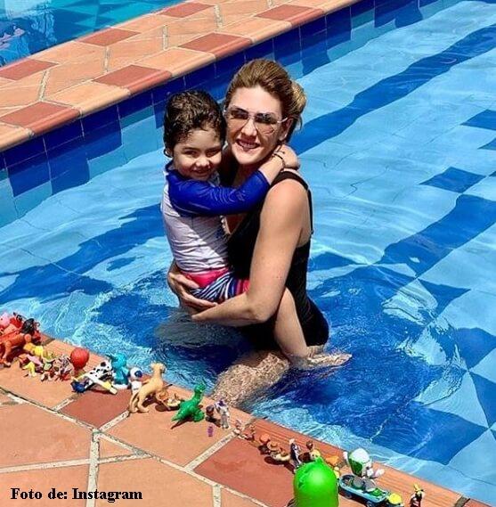Ana Karina Soto en la piscina con Dante