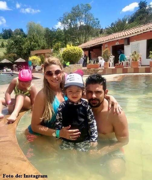 Ana Karina Soto con su hijo y su esposo en vestido de baño