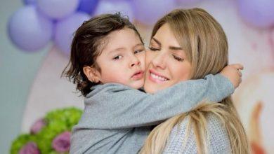 Fotos de Ana Karina Soto en vestido de baño con su hijo