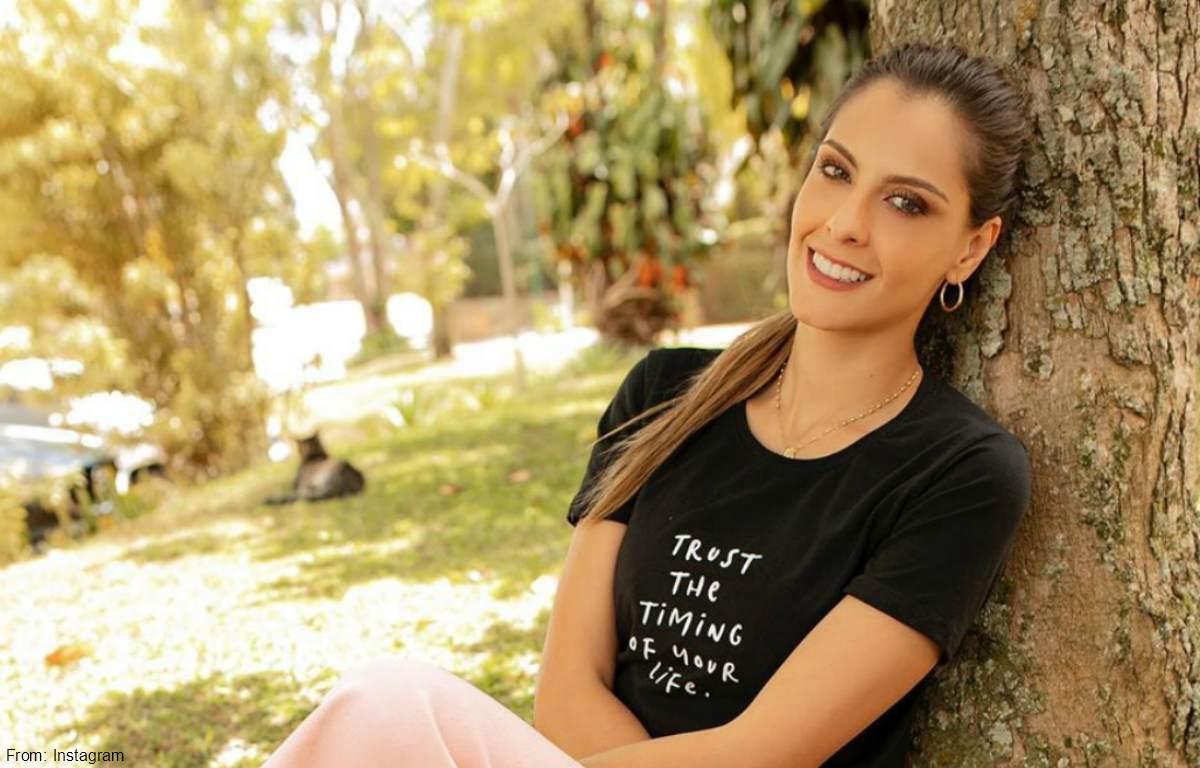 Laura Acuña mostró su belleza posando sin blusa y sin brasier