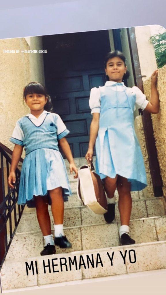 dos niñas posando para una fotografia