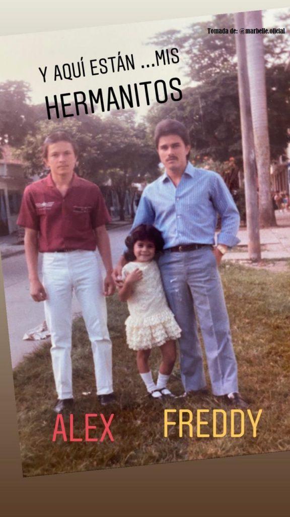 una niña y dos hombres posando para una foto