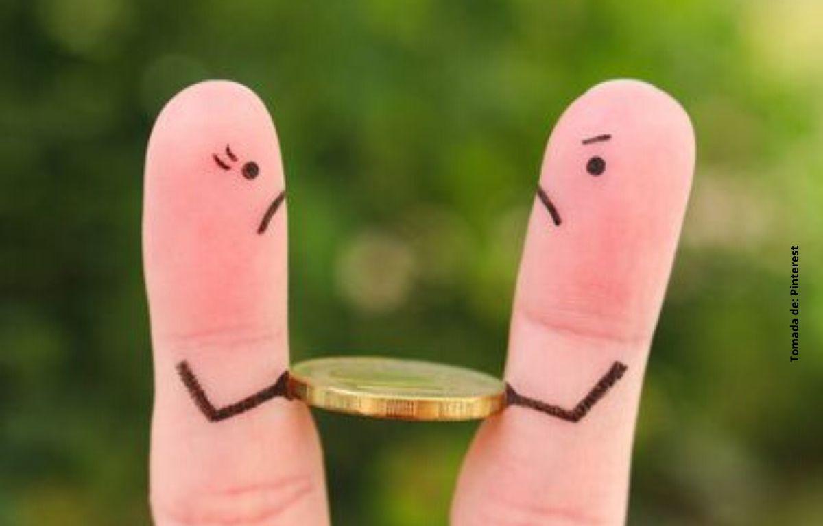 dos deditos con una moneda