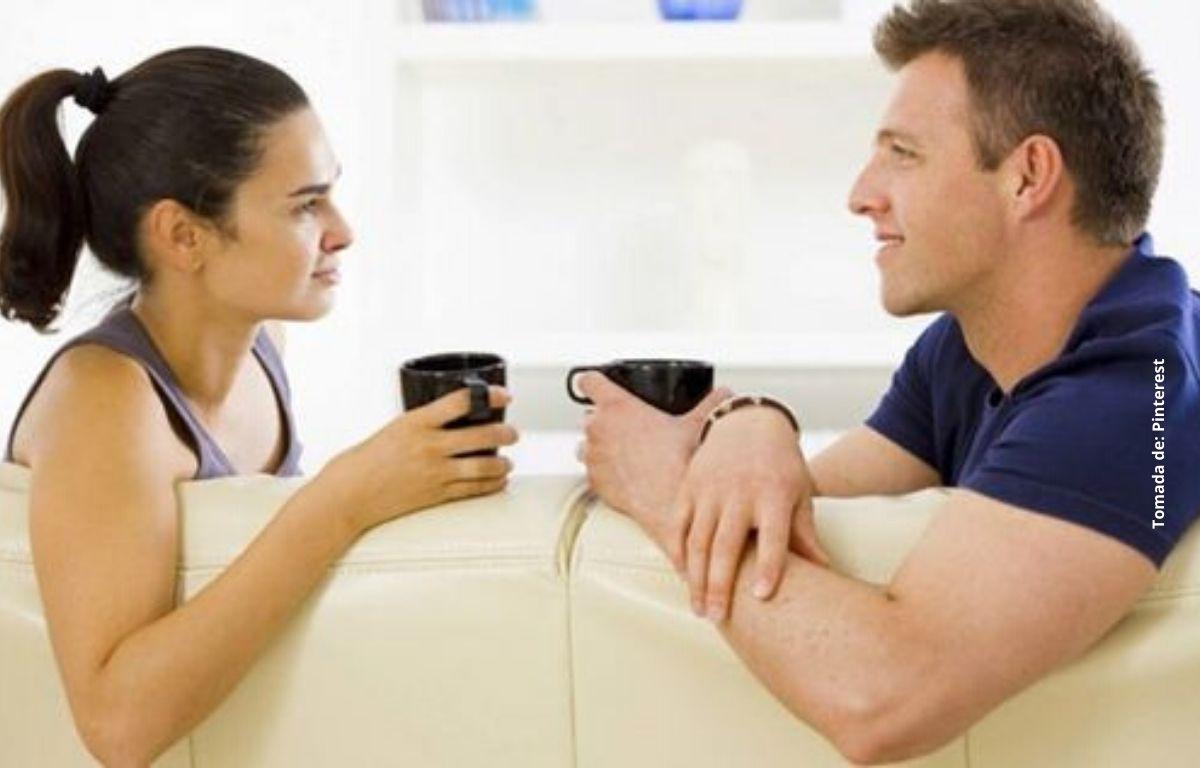 un hombre y una mujer tomando una bebida caliente