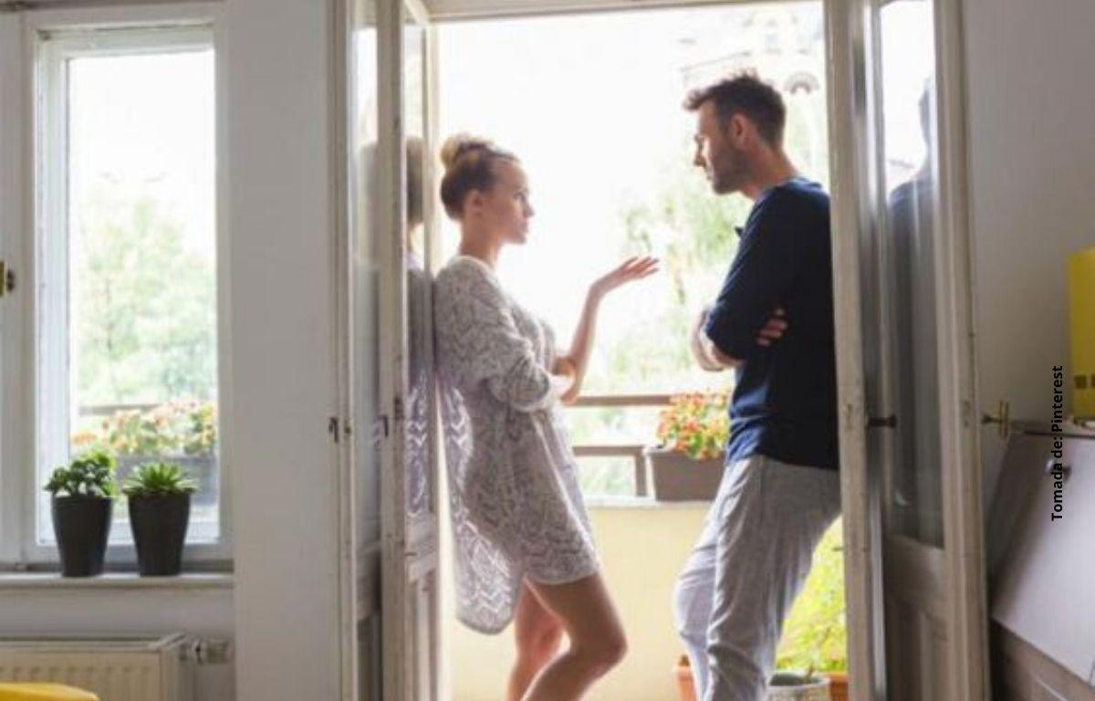 una pareja hablando