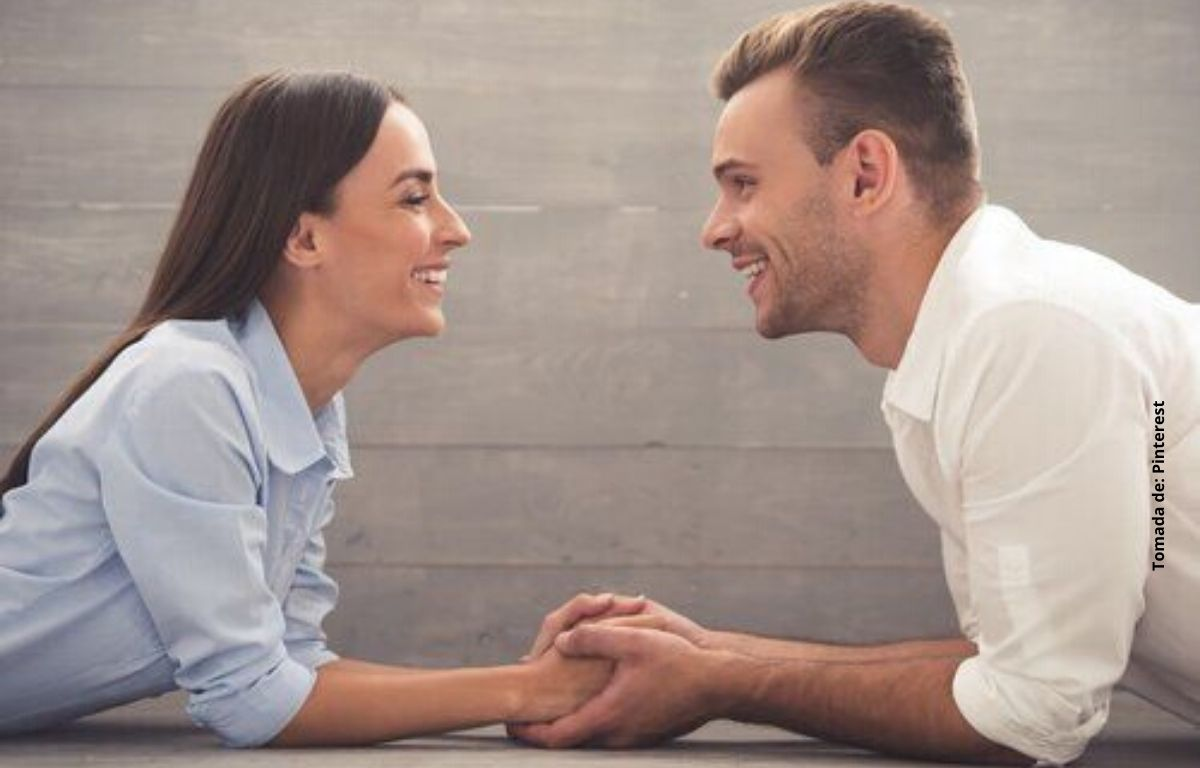 una pareja sonriendo