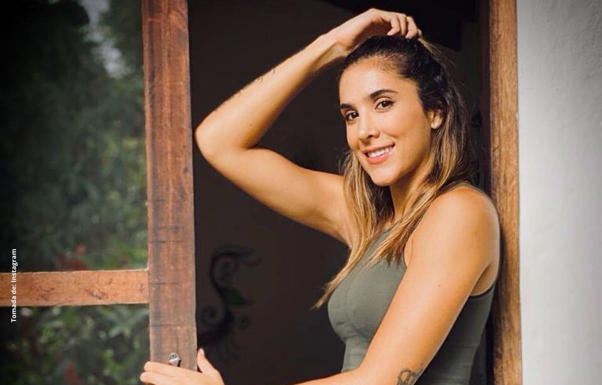 Con seductora pijama, Daniela Ospina da los buenos días