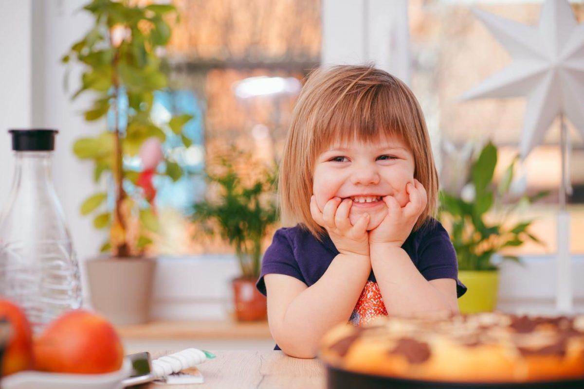 niño en la cocina sonríe