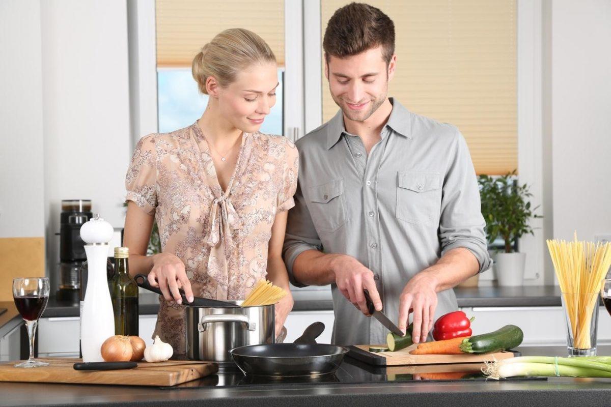un hombre y una mujer cocinando