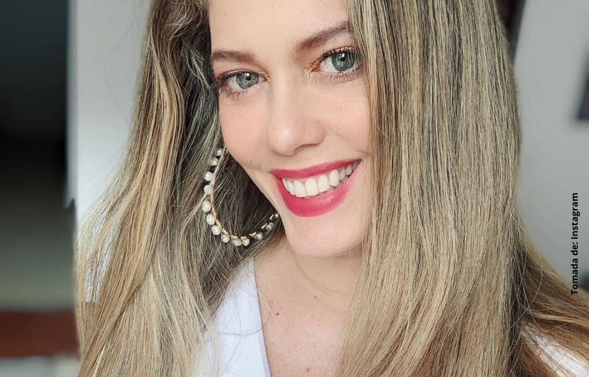 Lorna Cepeda posa con vestido rojo y despierta pasiones