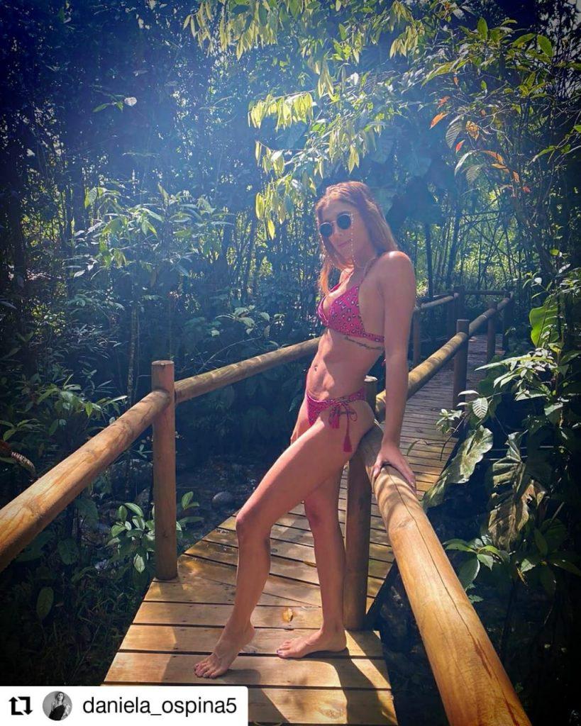 mujer posando en vestido de baño en un puente de madera