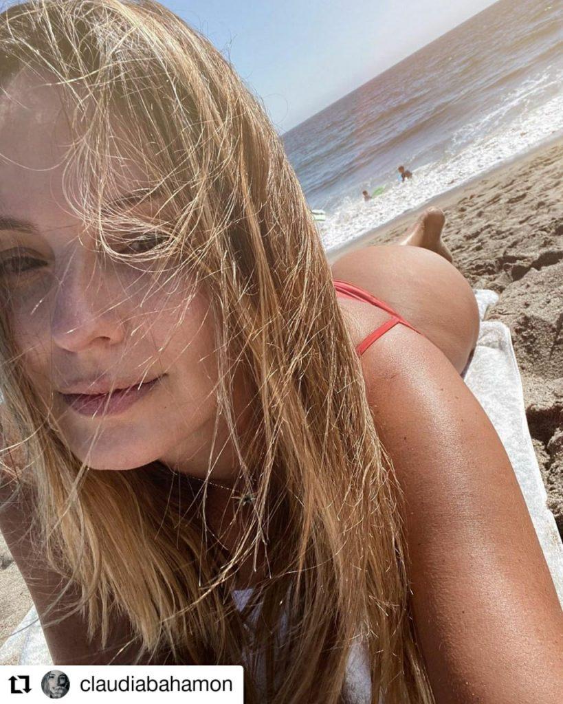 mujer posando en traje de baño en una playa