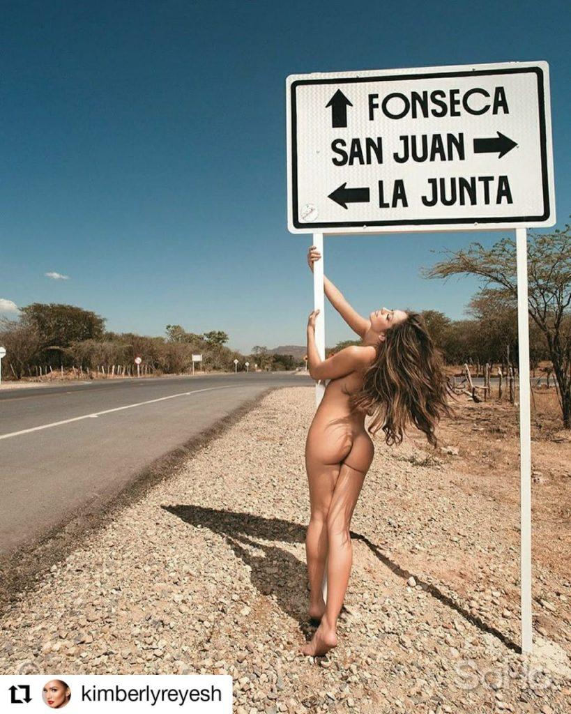 mujer desnuda en la calle