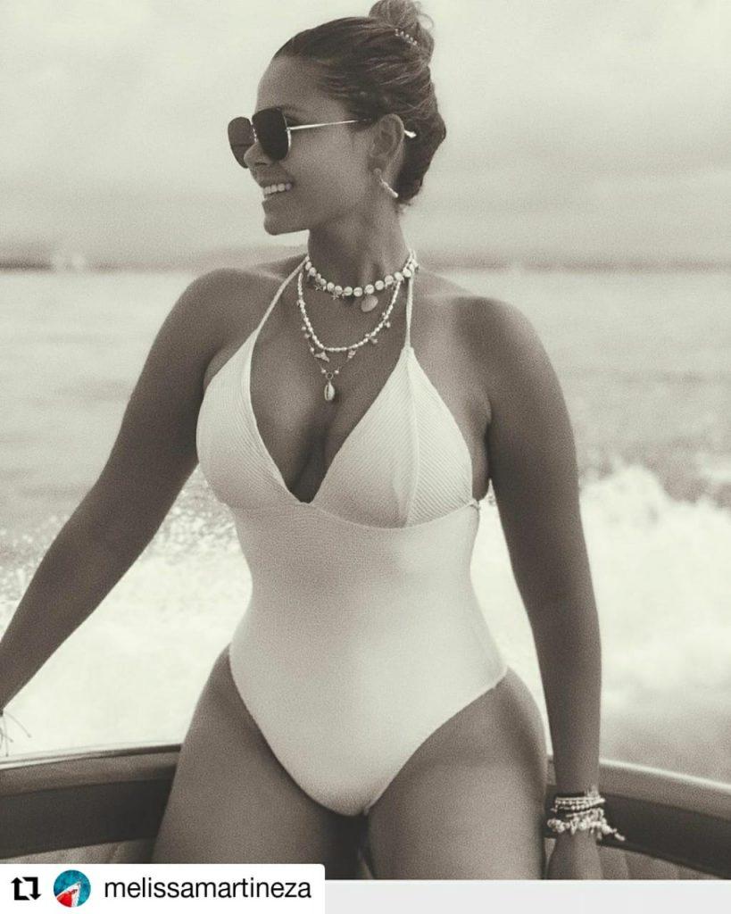 mujer en body blanco
