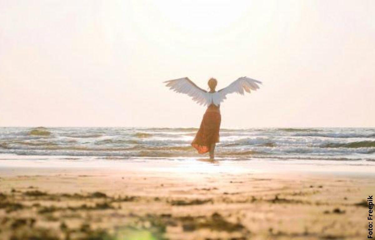 un angel frente al mar